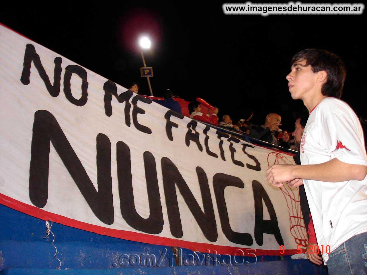 Bandera Huracán no me faltes nunca en la bombonera