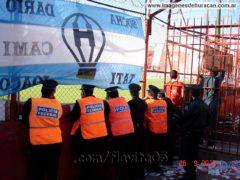 policías viendo el partido de Huracán en el Duco