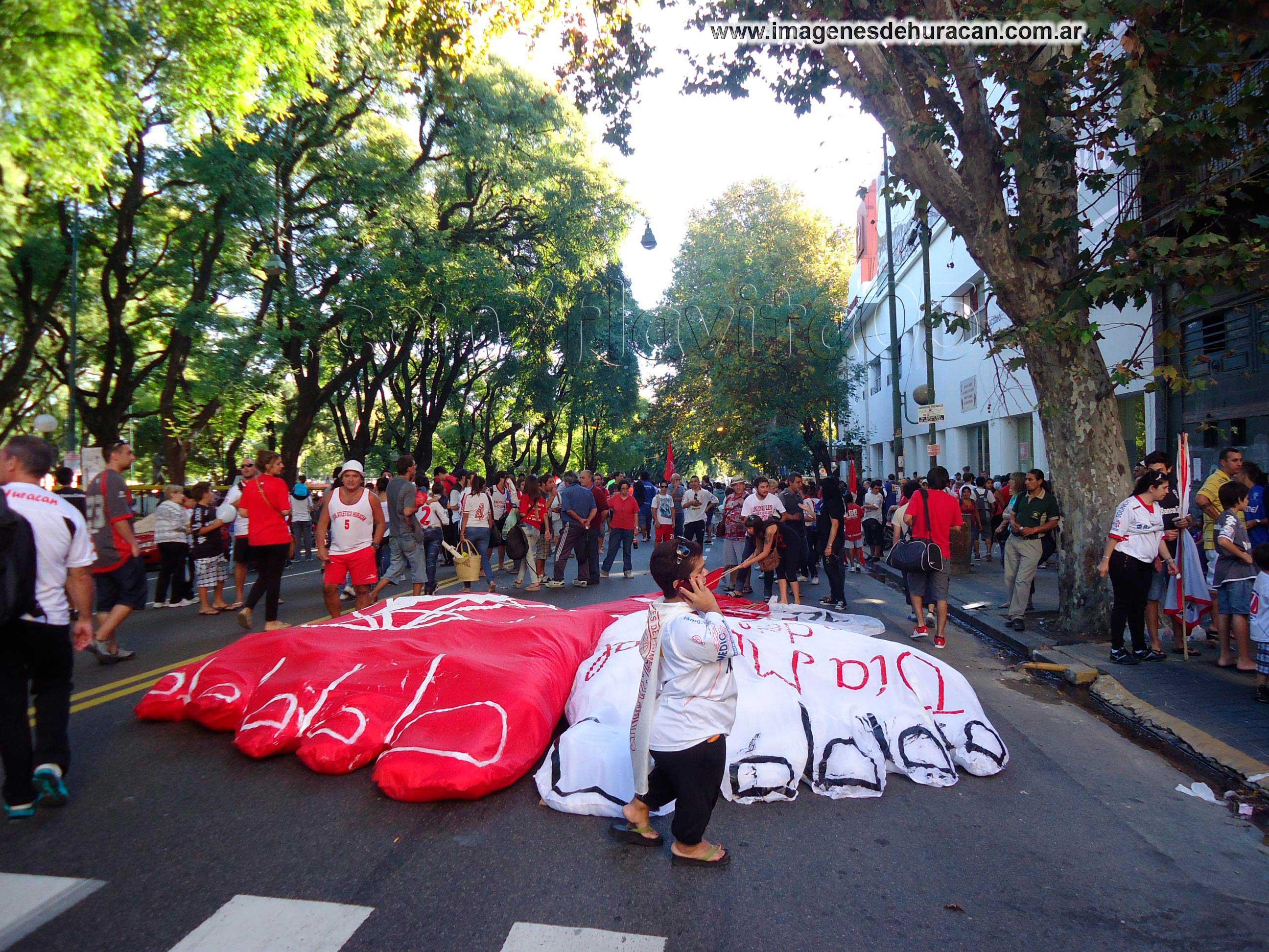 10 aniversario del día mundial del hincha de Huracán, hacele la pata al globo